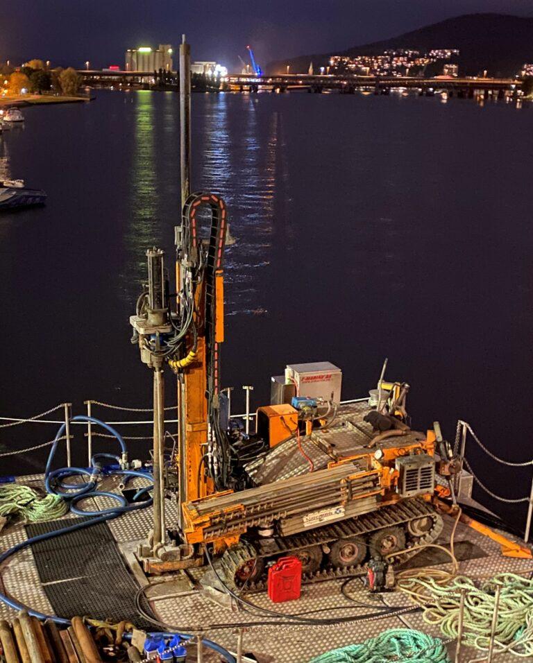 Nærbilde av Brevetti kabelkjede og drag chain i vannet på kvelden
